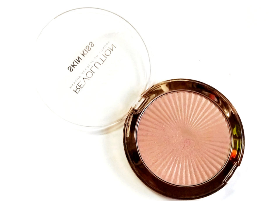 Makeup Revolution Skin Kiss Highlighter Peach Kiss Review, Swatches blog MBF
